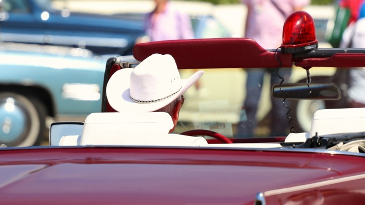 Šerif v autě