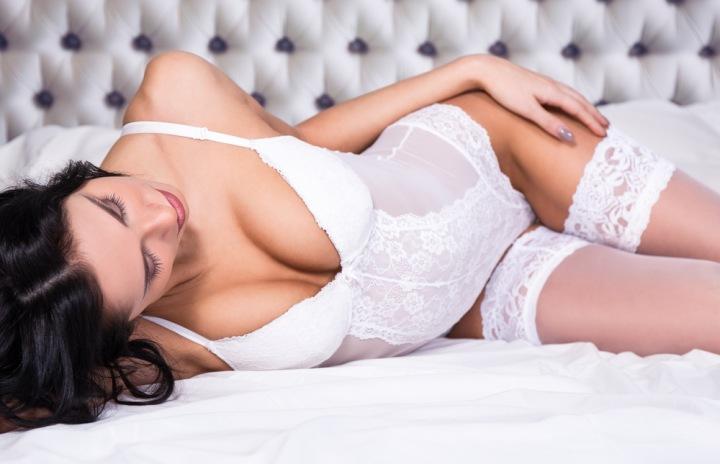 Sexy žena v bílém spodním prádle.