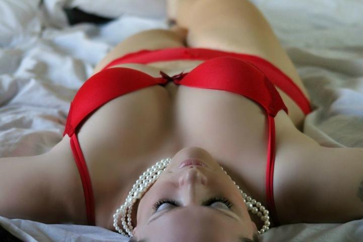 Sexy žena v červeném spodním prádle.