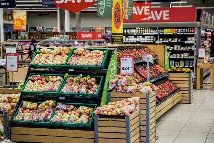 Obchody zatím stíhají doplňovat zásoby.