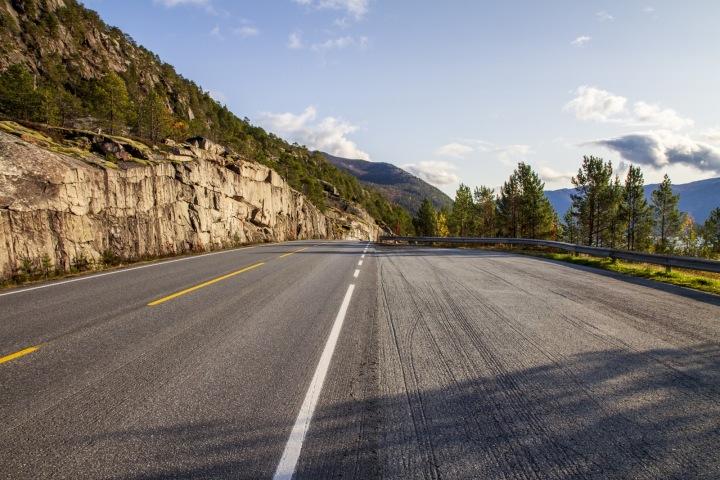 Silnice se dvěma pruhy.