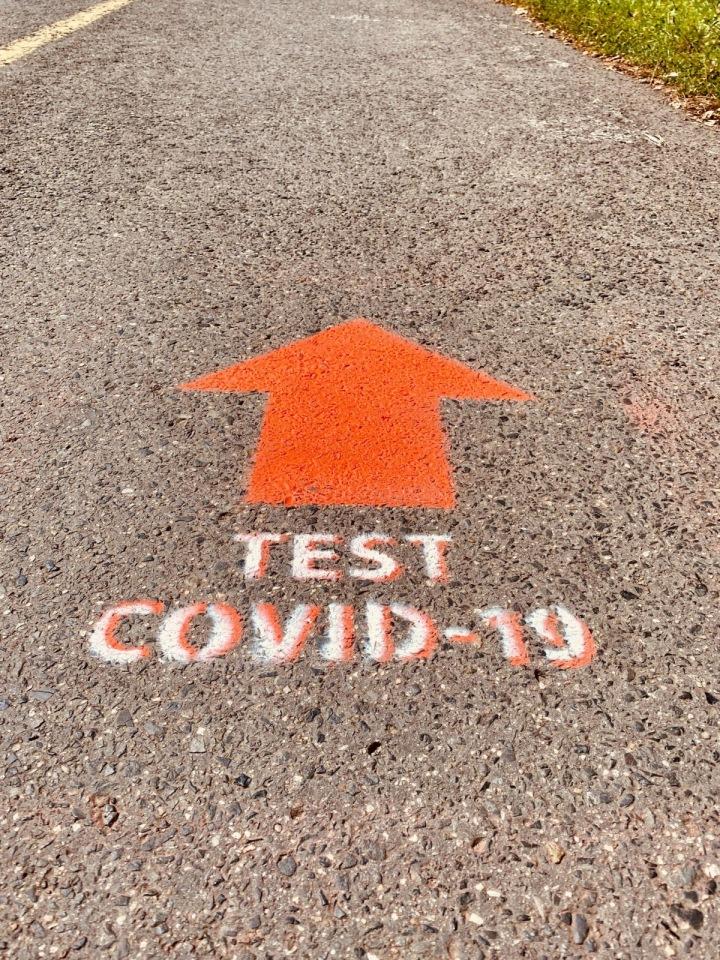 Šipka signalizující, kam jít na testy.