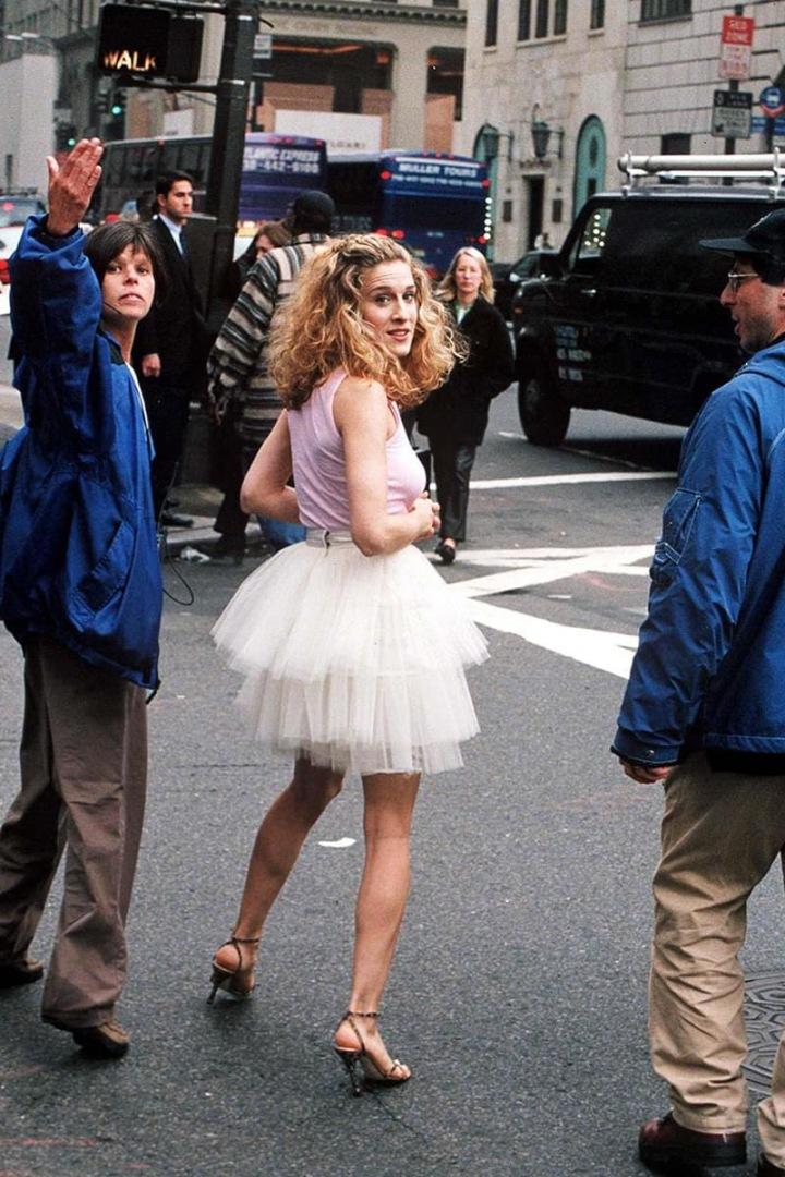 SJP jako Carrie Bradshaw v bílé tylové sukni a růžovém topu