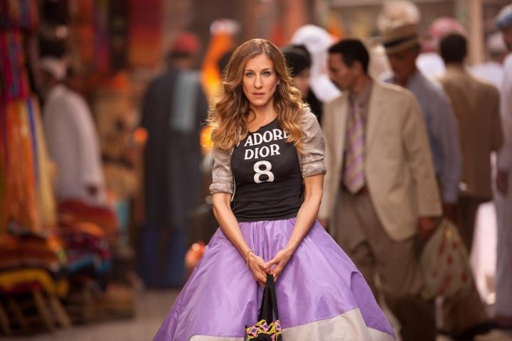 SJP jako Carrie Bradshaw v tričku Dior a fialové maxi sukni