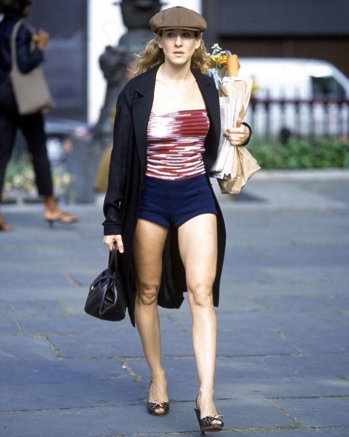 SJP jako Carrie Bradshaw v šortkách, kabátu a s baretem