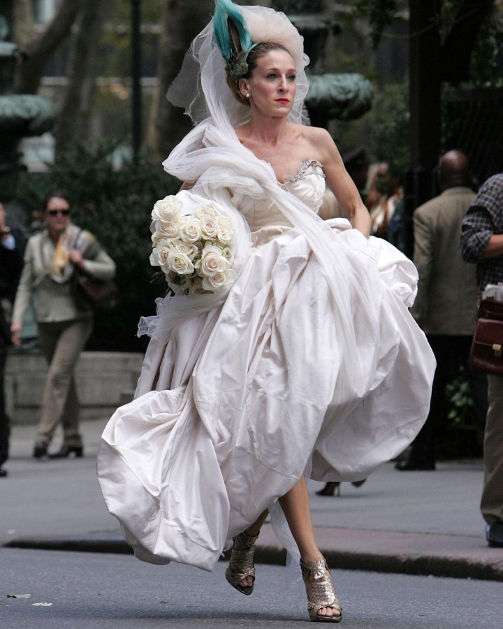 SJP jako Carrie Bradshaw ve svatebních šatech Vivienne Westwood