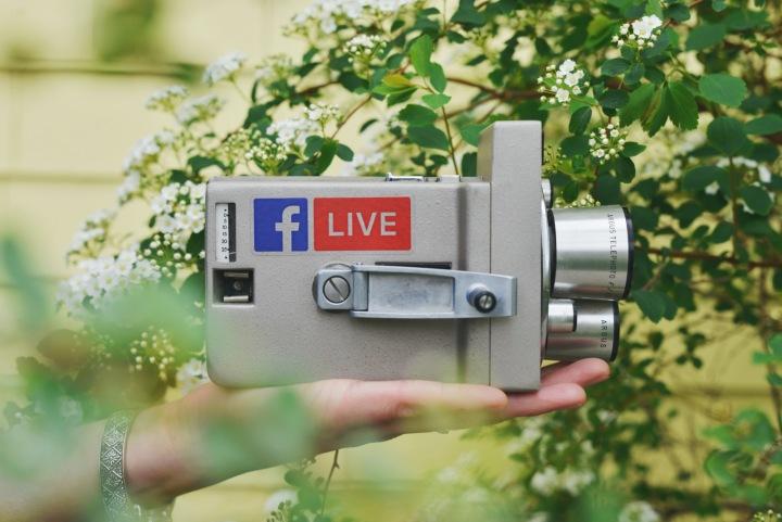 Stará analogová kamera s logem Facebooku
