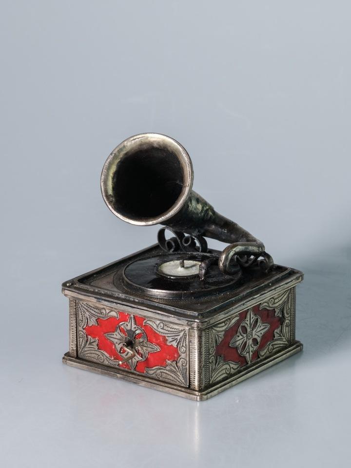 Miniatura gramofonu na kliku.
