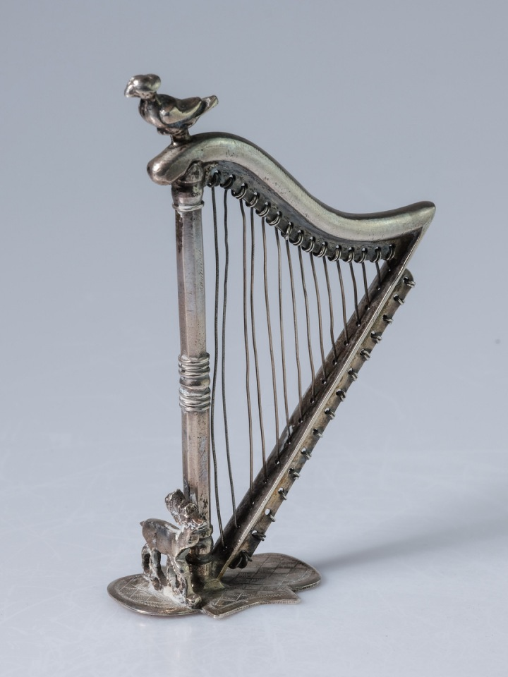 Stříbrná miniatura harfy.