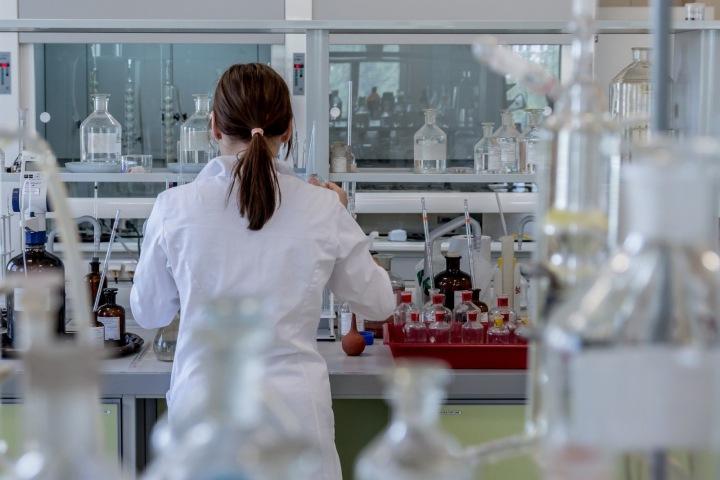 Studentka pracující v laboratoři.