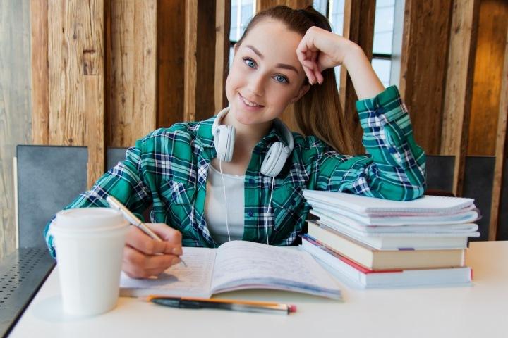 Studentka v knihovně.