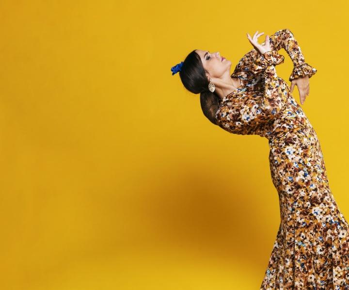 Romská žena tančící