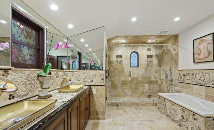 Sue Wong a její koupelny ve vile v Los Angeles