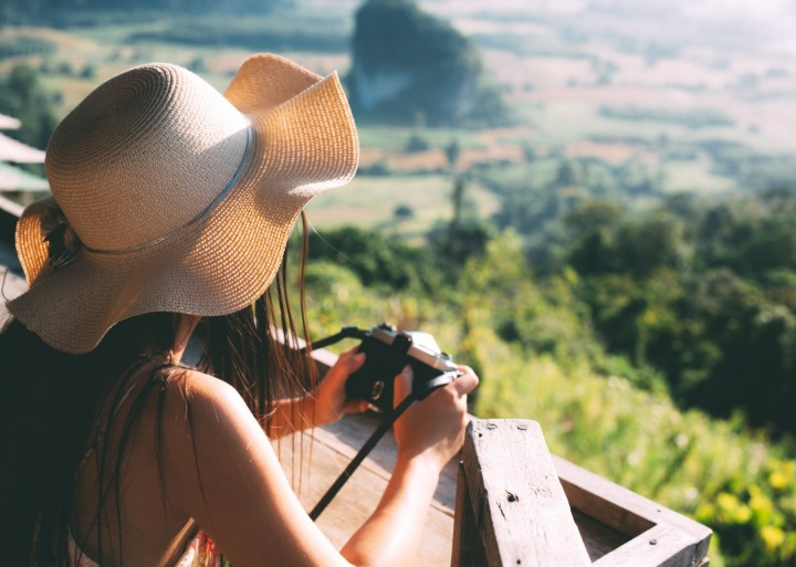 Na obrázku je žena dívající se do krajiny