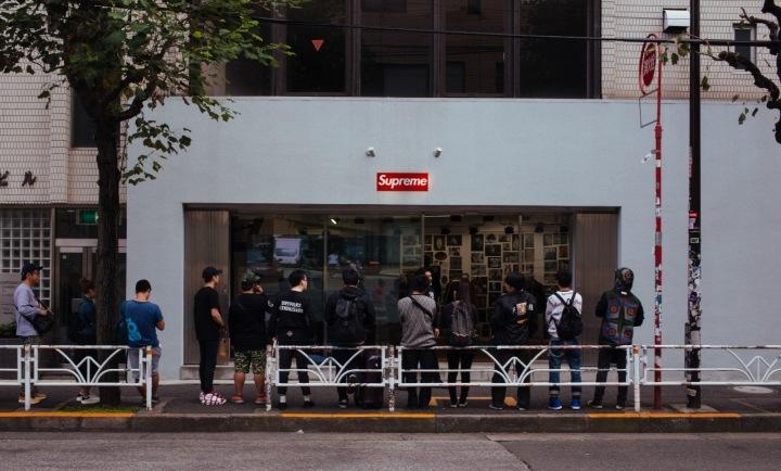 Zákazníci před obchodem Supreme v Japonsku