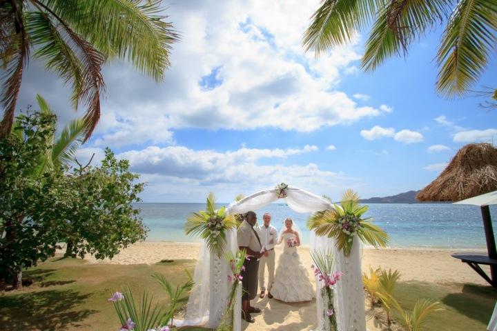 Obřad se koná na bílé písčité pláži.