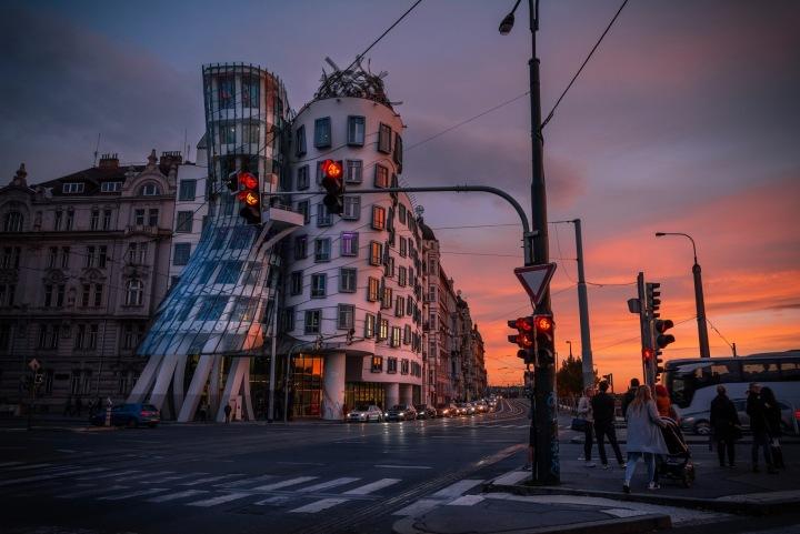 Tančící dům při západu slunce.