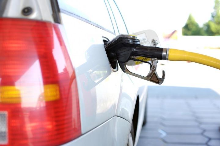Tankování auta na benzinové stanici
