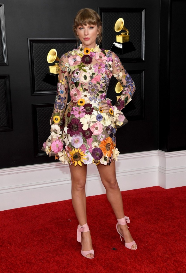 Taylor Swift v šatech Oscar de la Renta