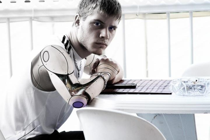 Dneska je moderní být kyborgem.