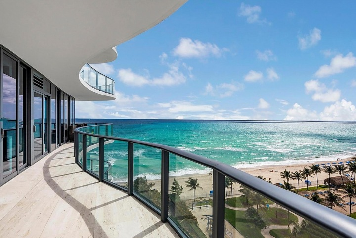 Prostorná terasa s výhledem na oceán.