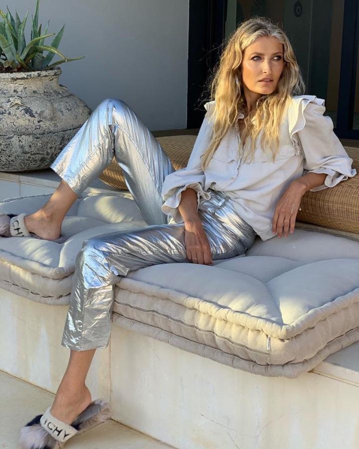 Tereza Maxová v bílé halence a metalických kalhotách