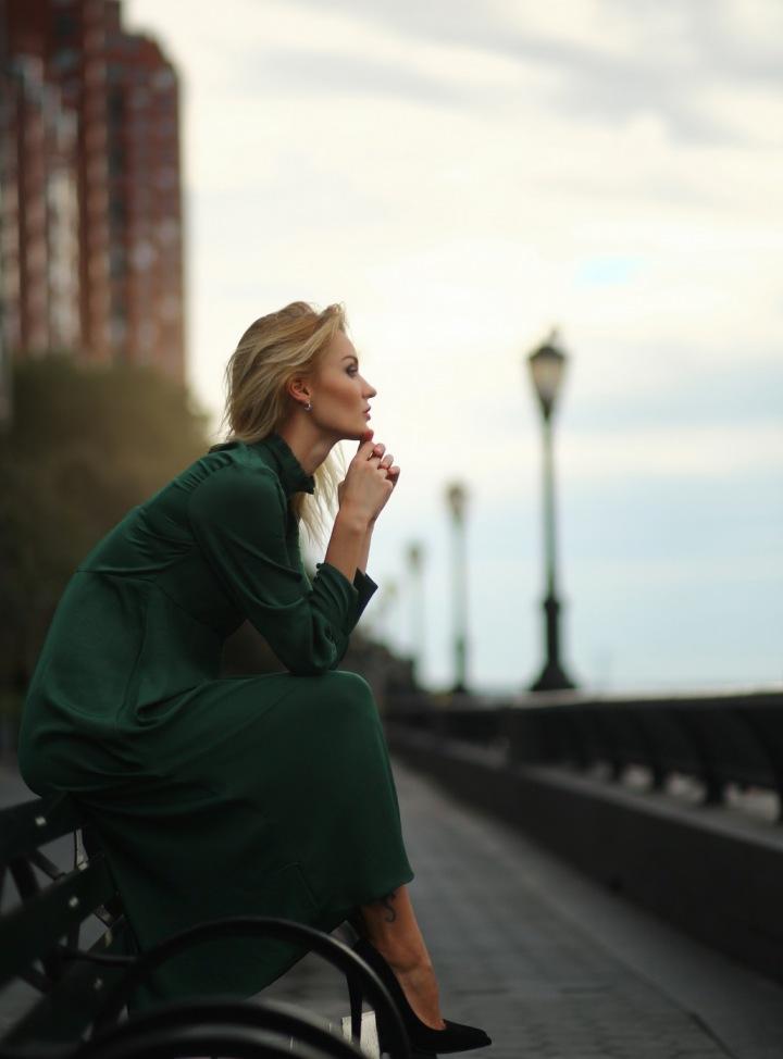 Osamělá žena hledící do dáli