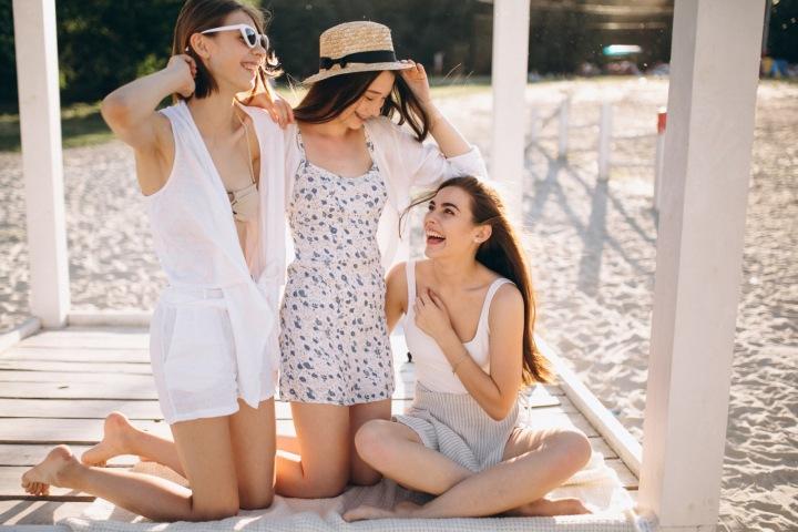 Tři šťastné kamarádky na pláži