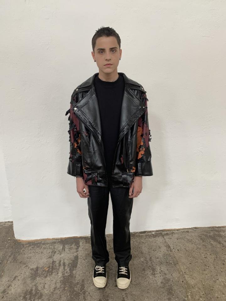Roztrhaná kožená bunda byla k nepřehlédnutí