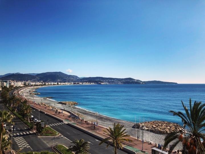Pláž na Promenade des Anglais v Nice.