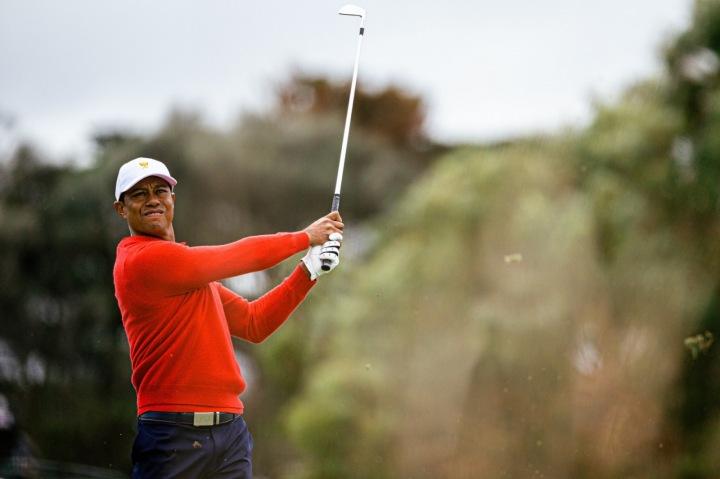 Tiger Woods na hřišti ve své signifikantní červené barvě
