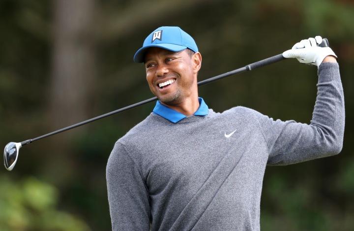 Tiger Woods v šedém svetru.