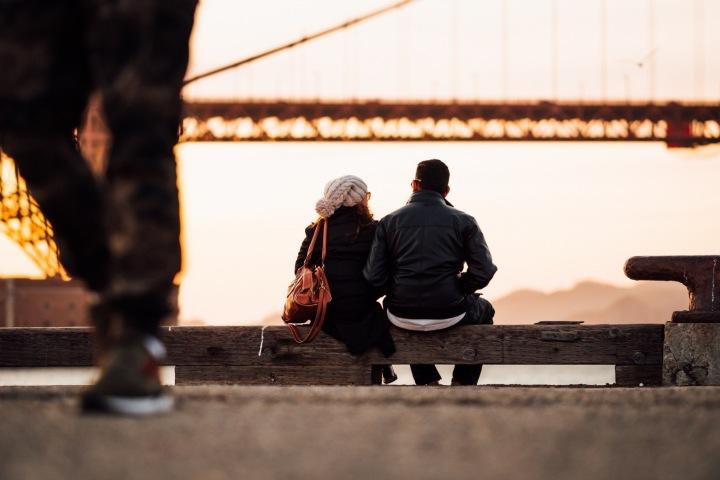 Pár sedí na lavičce