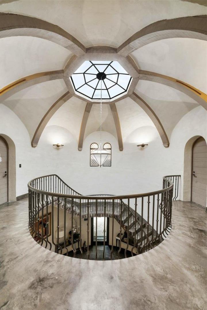 Točité schodiště a strop
