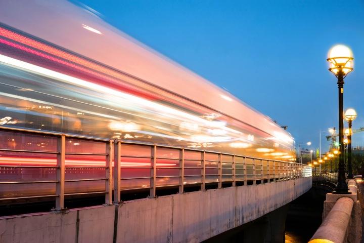 Noční tramvaj.