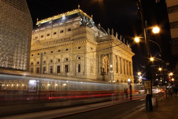 Tramvajová zastávka u Národního divadla.