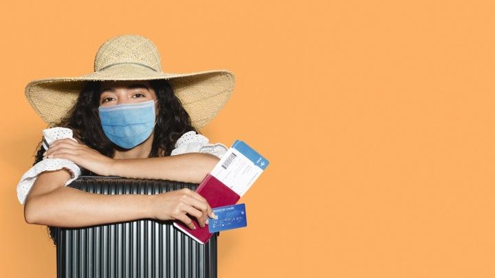 Žena v mascot připravená na cestu do zahraničí