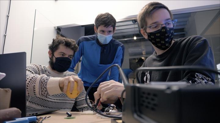 Trojice studentů, která powerbanku vyvinula