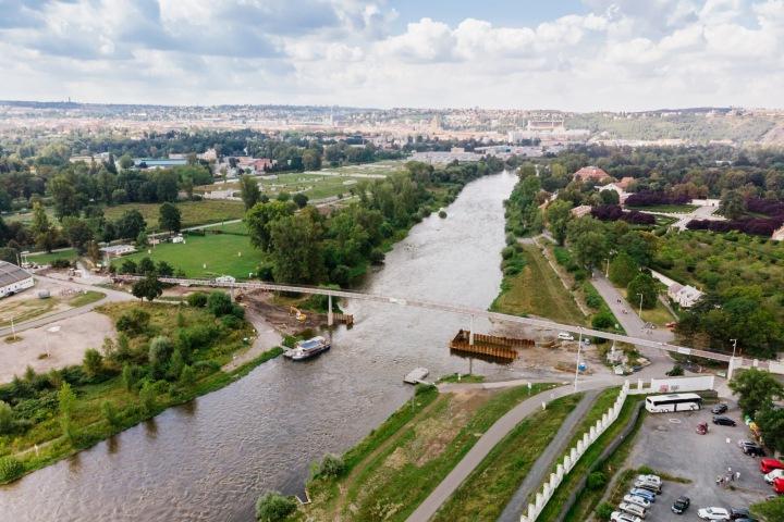 Trojská lávka vedoucí přes řeku Vltavu.