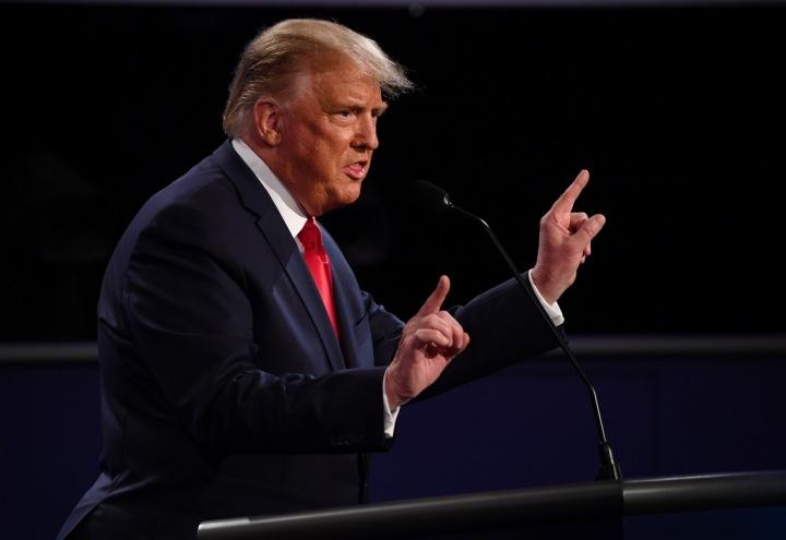 Trump v černém obleku během prezidenské debaty