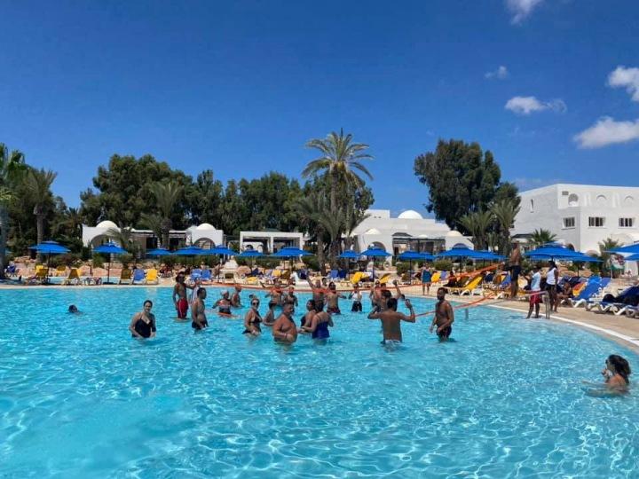 Turisté dovádí v bazénu.