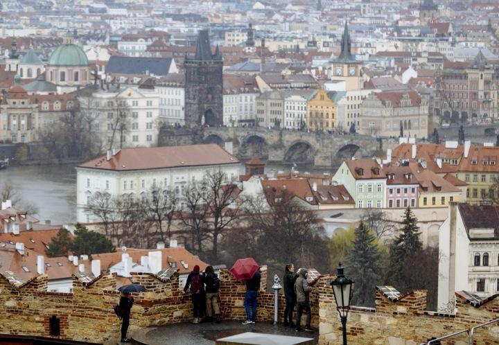 Turisté na vyhlídce v Praze.