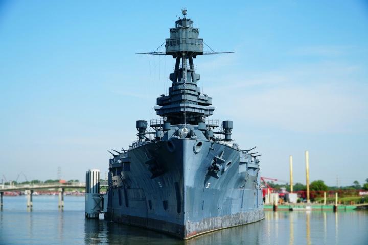 Válečná loď v přístavu