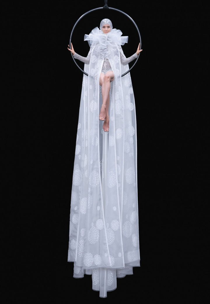 Žena v bílých šatech Valentino