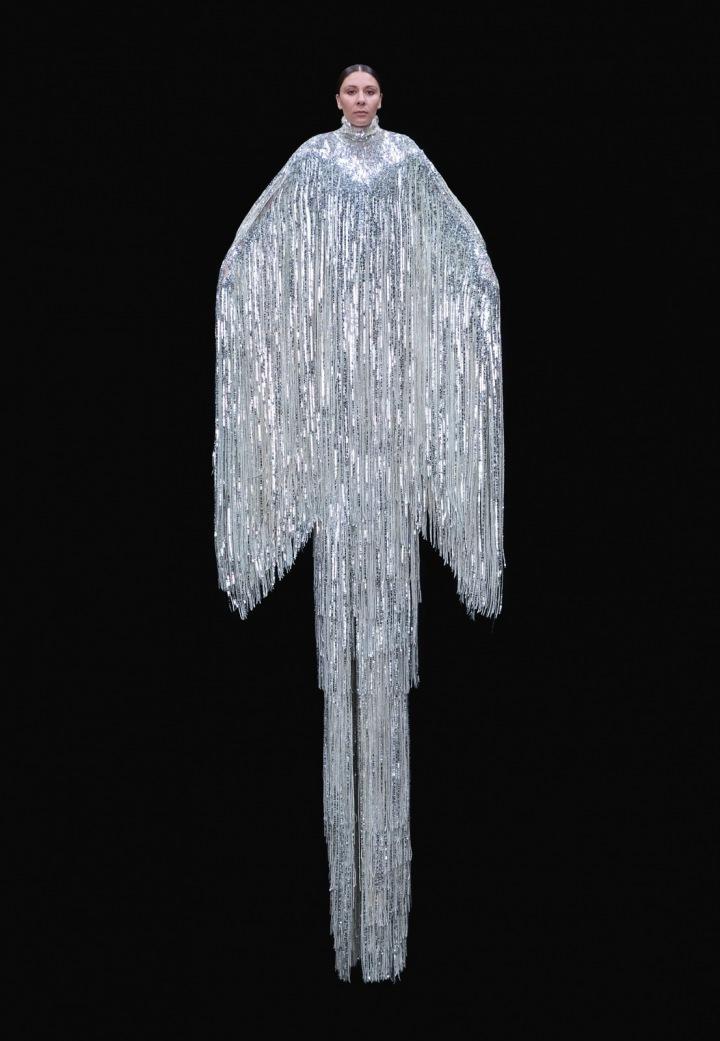 Žena ve stříbrných šatech Valentino