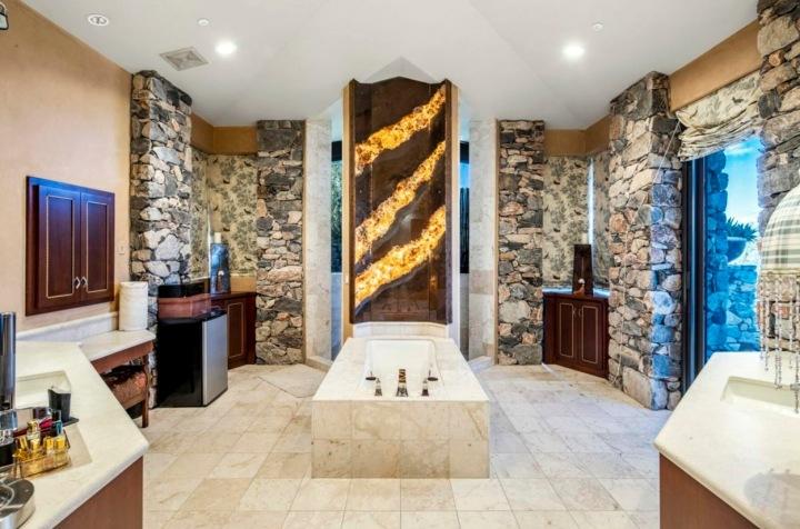 Vana uprostřed koupelny.