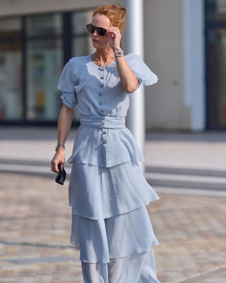 Vanessa Paradis v modrých šatech