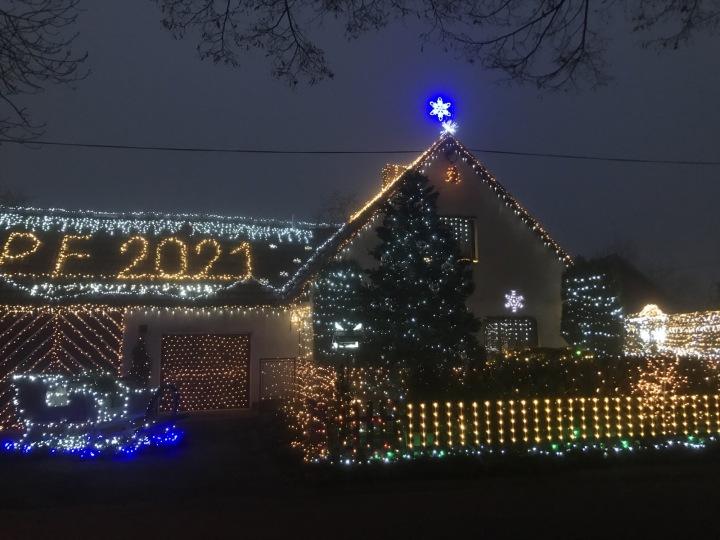 Vánočně nazdobený dům v Chotovicích u Litomyšle.