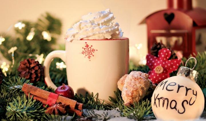 Vánoční hrnek se šlehačkou a skořicí
