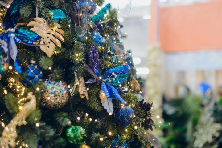 Vánoční stromek s modrými doplňky.